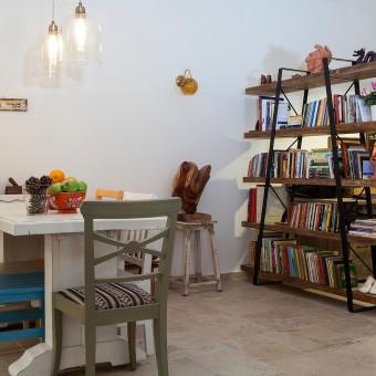 ספריה כחוצץ בין פינת האוכל וסלון