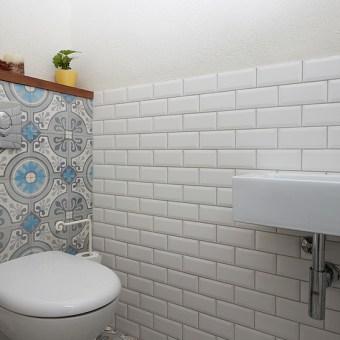 קרמיקה עם טקסטוקה כחולה בשירותים