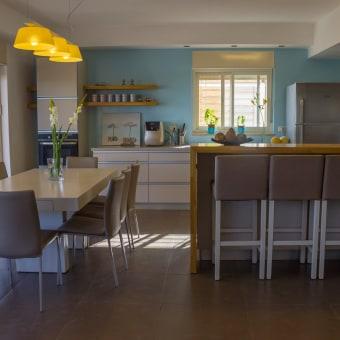 מבט אל הדלפק, פינת האוכל והמטבח, מכיוון הסלון