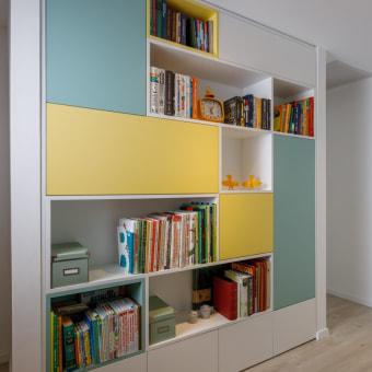 ספריה בשני צבעים שמחים, צהוב וירוק מנטה