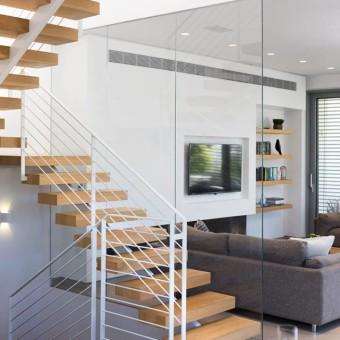 מדרגות מעץ עם מעקה לבן