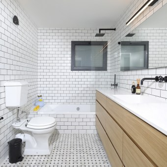 עיצוב חדר רחצה בגווני שחור לבן ושילוב של עץ אלון