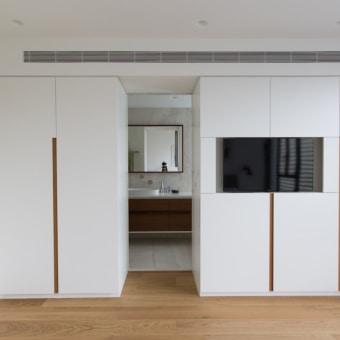 ארונות חדר השינה יוצרות את ההפרדה בין חדר השינה לחדר הרחצה
