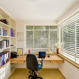 חדר עבודה בקומה העליונה עם שני כיווני אוויר