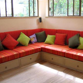 פינת ישיבה בצורת ריק אדומה לקריאת ספר