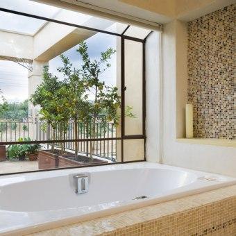 אמבט בחדר הרחצה של ההורים פונה למרפסת ולנוף הירוק והפתוח