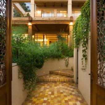 שער הכניסה לבית עם דלתות מפוסלות ממתכת