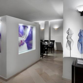 שקע בקיר לתמונה בגווני סגול ולבן עם תאורה מיוחדת