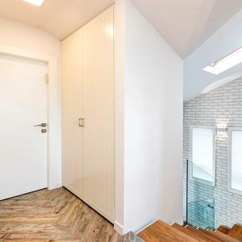 הקומה העליונה מרוצפת בפרקט עץ בצורת חצים