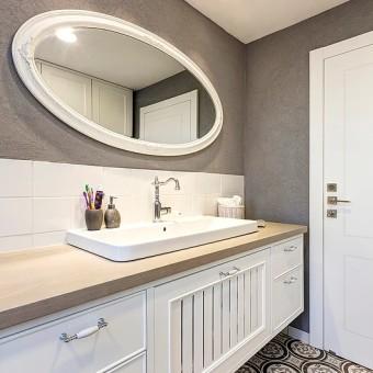 ארונית בסגנון כפרי מעץ לבן בחדר הרחצה