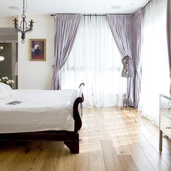 חדר שינה מואר באור טבעי