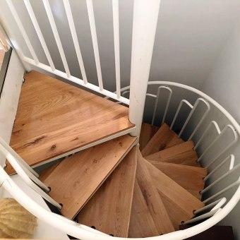 מדרגות ספירלה מעץ וברזל לבן