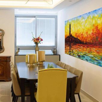 פינת אוכל חייה וצבעונית עם שולחן מעץ כהה וכיסאות צהובים