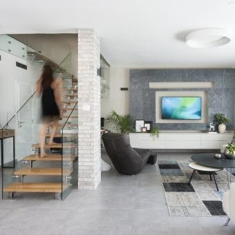 הסלון ומעלה המדרגות לקומה השנייה, קומת החדרים בבית
