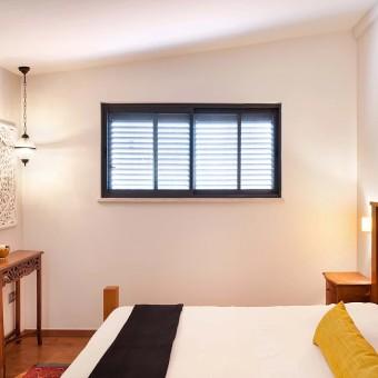 חדר השינה של ההורים שכולו מעץ