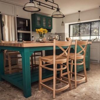 אי במטבח בגוון טורקיז עם פלטת עץ וכיסאות בר מעץ