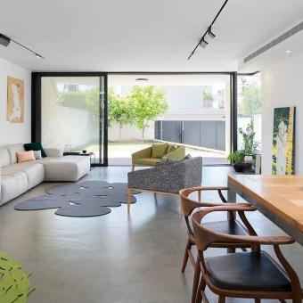 שטיח מעיגולים אפורים בסלון לצד ספת ריש לבנה
