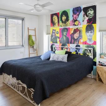 חדר השינה של הילד עם פוסטרים ברקע