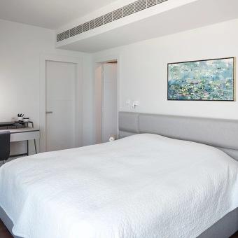 גב המיטה בגוון אפור בסגנון מודרני