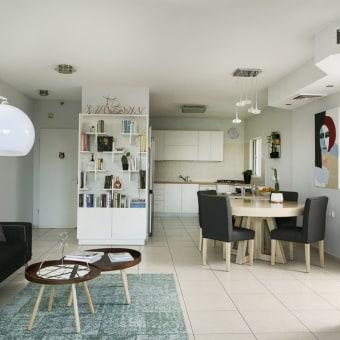 תמונת מבט מהסלון לכיוון המטבח ופינת האוכל