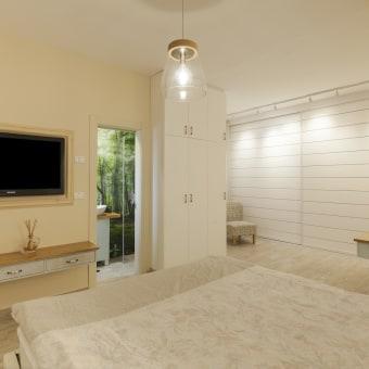 חדר ארונות עם כורסא קטנה ותאורת ספוטים
