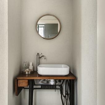 פינת שטיפת הידיים בשירותי האורחים עם ארונית ווינטג'ית כפרית מעץ הברזל שחור