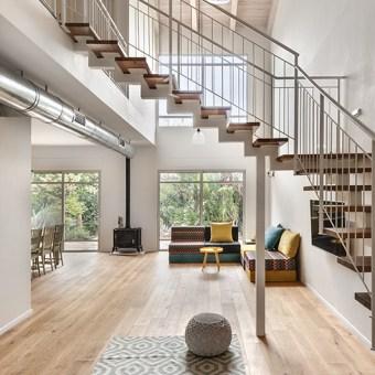 מדרגות תלויות, מאפשרות לאור מהחלונות להגיע לכל פינות הבית וכך גם לא חוסמות את החלל ומאפשרות זרימה