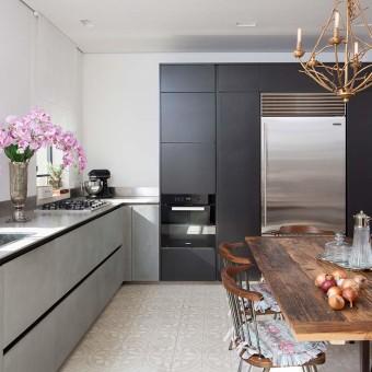 מטבח מודרני בגווני אפור ושחור בהיר
