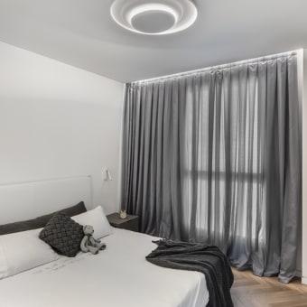 חדר שינה בגווני לבן עד שחור עם פרקט עץ בצורת V