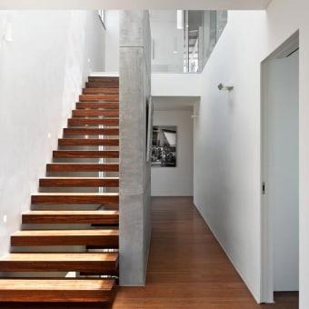 מדרגות עץ מגוון זהה  לשל הפרקט
