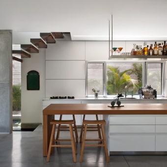 אי במטבח עם ארבעה כיסאות מעץ