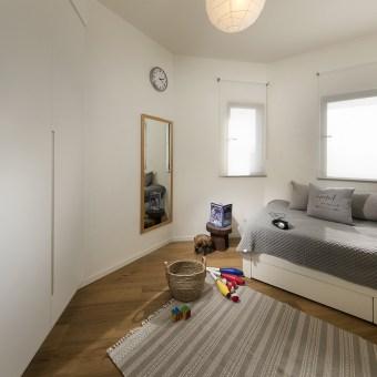 החדר של הבן עם מיטה לבנה