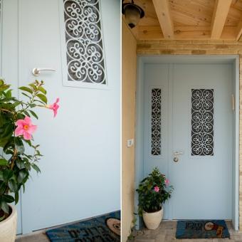 דלת כניסה מיוחדת משתלבת להפליא עם גווני האדמה מסביבה.