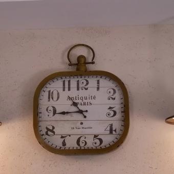 שתי מנורות ושעון וינטג'י במרכז