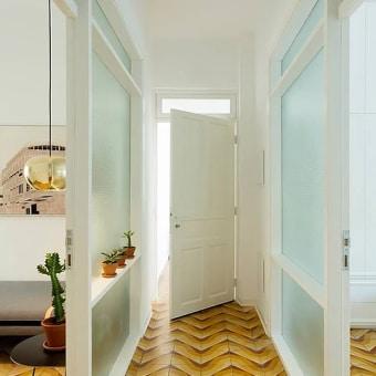 דלתות לבנות על קרמיקה כתומה חומה