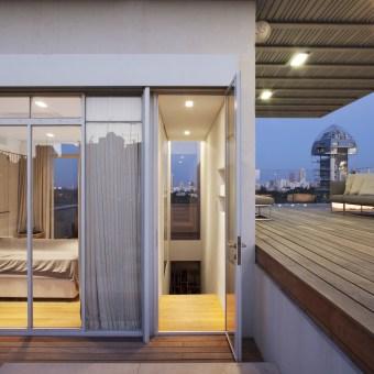 קופסאת זכוכית בתוך גינת גג