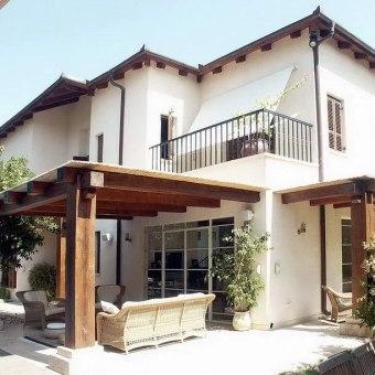 הבית מעוצב בסגנון אירופאי כפרי