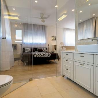 חדר רחצה שקוף ביחידת הורים חדר השינה משקיף לחדר רחצה מרווח ומפנק. קירות הזכוכית יוצרים תחושה של מרחב המשכי ועצום בגודלו.