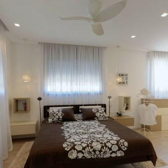 חדר ארונות פתוח ביחידת הורים ליחידת ההורים נבחרו צבעים רגועים הן לקירות והן לארונות