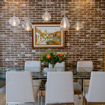 קיר בריקים בפינת אוכל לפינת האוכל נבחרו בריקים מפירוק מטוסקנה בגווני חום ואפור