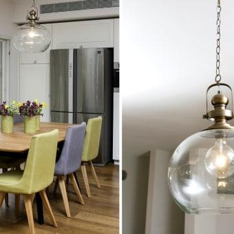 תאורה מעוצבת בפינת אוכל לפינת האוכל הססגונית נבחרו כיסאות בשני גוונים: אפור וירוק ליים