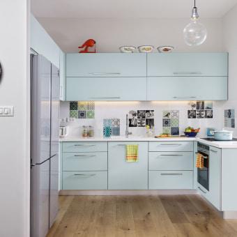 מטבח תוכנן מחדש, האריחים הוזמנו מחברת arttiles הדנית ופוזרו כתמונות. רצפת הפרקט המשיכה אל תוך המטבח.