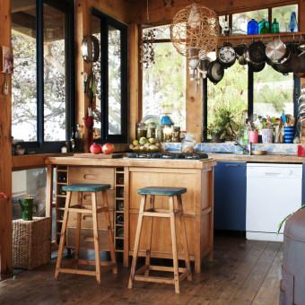 מטבח המשלב עץ וגווני כחול, פינת הבישול פונה לכיוון הים.