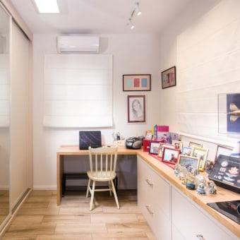 """חדר העבודה / ארונות, המהווה שלוחה של חדר ההורים, משמש גם כחדר הזכרון עבור תמר אריאל ז""""ל"""