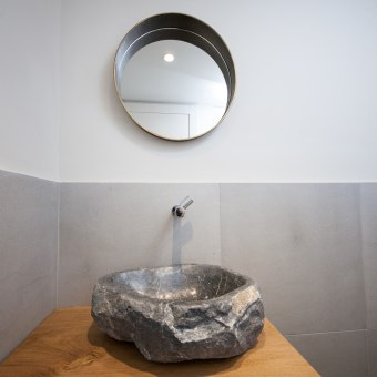 כיור אבן מעוצב שהונח על משטח עץ אלון גושני