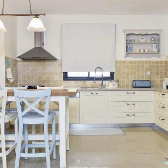 המטבח לאחר שיפוץ . ארונות המטבח נצבעו לשמנת , הוחלפו הידיות , נוספה יחידת מדפים מעץ בסגנון פרובנס שנצבעה בגווני המטבח , הוחלפו מוצרי החשמל והוספנו שולחן בר מעץ מלא + 4 כסאות בגווני תכלת ושמנת. שימו לב לדקורציה ולפריטים היפים שמקשטים את המטבח.