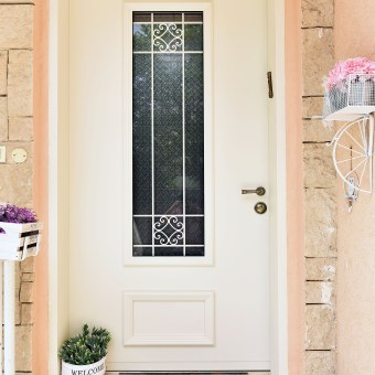 שדרוג משמעותי של הכניסה לבית. הרחבנו את פתח הכניסה, הדלת הוחלפה , המעקה נצבע בגוון שמנת , דקורציה יפה מסביב ותאורה שמשלימה את המראה. כיף להיכנס לבית כזה.