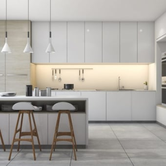 מטבח מודרני ונקי, ארונות ומקרר נסתרים בהתאם לקו הנקי