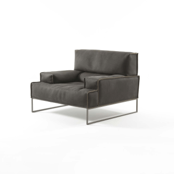 המאפיינים הרצויים בכורסא הם נוחות, רוחב פיזי וכמובן גם מראה נאה. כורסא מעוצבת מדגם ארמגדון עונה על המאפיינים הללו ואתם וודאי תתאהבו בה במבט ראשון. העיצוב המודרני של הכורסא שכולל רגלי מתכת חזקות במיוחד המחוברות ישירות לגוף שלה, מתאים לכל אדם שאוהב סגנון ריהוט מודרני עם טאץ' אורבני.  כורסאות מעוצבות דגם ארמגדון הן גם רחבות במיוחד, מה שמאפשר לשבת עליהן בנוחות ובלי שתרגישו מוגבלים מבחינה גופנית.העיצוב הייחודי של הכורסה מאפשר לשים אותה בכל מקום בבית בו תרצו אותה, ולאלו שחושבים מחוץ לקופסה, ניתן לשים אותה בחדר השינה ליצירת פינת קריאה מקורית.
