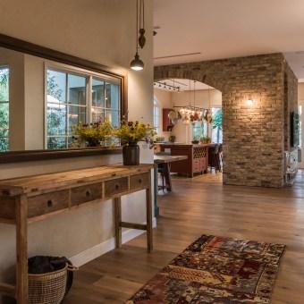 מבואת הכניסה המשקיפה אל הסלון והמטבח.